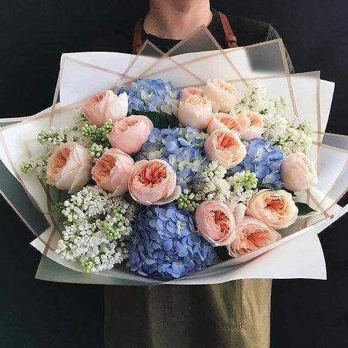 Авторский букет из пионовидных роз, гортензии и сирени