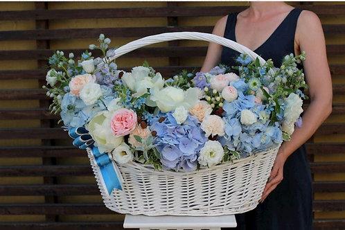 Корзина цветов в голубой гамме