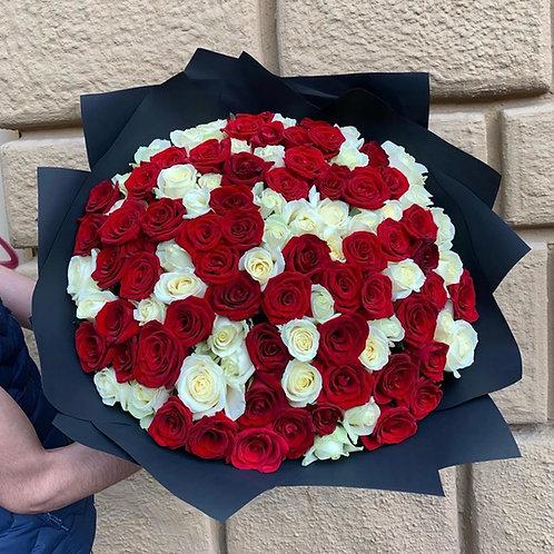 Букет белых и красных роз