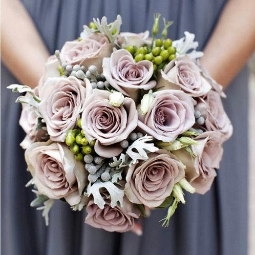 Свадебный букет невесты из фиолетовых роз и зелени