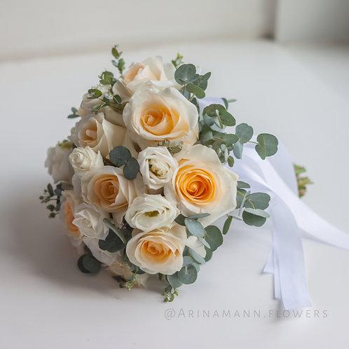 Персиковый букет невесты из роз и эустомы