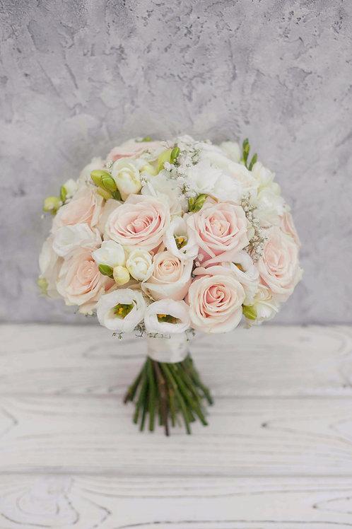 Пудровый букет для невесты из роз, эустомы и фрезии
