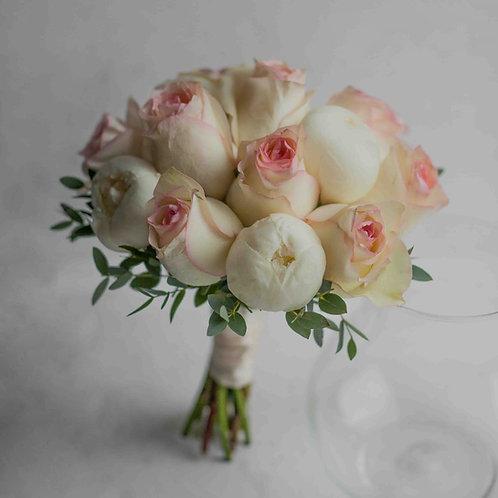 Букет невесты из пионов и розовых роз