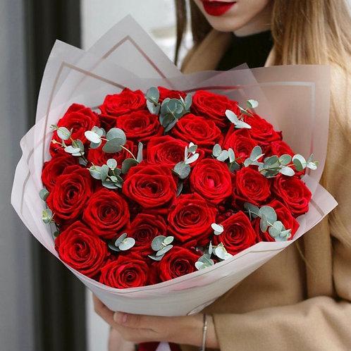 Букет красных роз с эвкалиптом