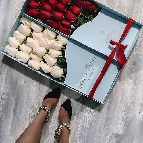 белые розы в длинной плоской коробке