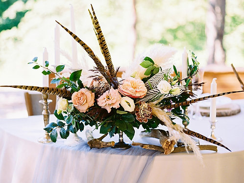 Цветочная композиция с перьями и пампасной травой
