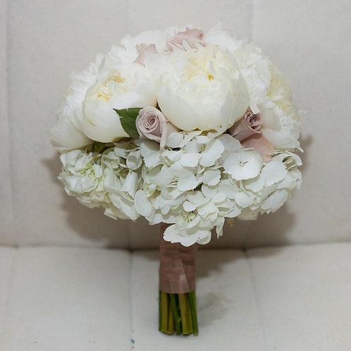 Букет невесты из пионов, роз и гортензии