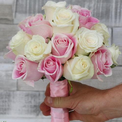 Свадебный букет из белых и розовых крупных роз