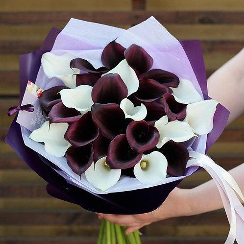 фиолетовые и белые каллы