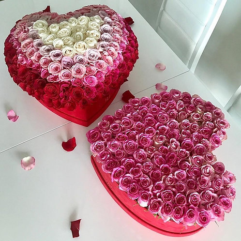 Розовые розы в коробке сердце