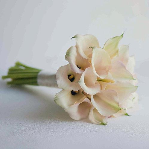 Свадебный букет из нежно розовых калл
