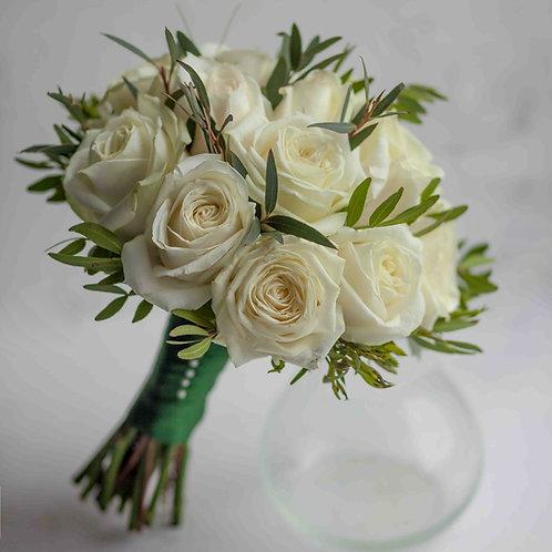Кремовый свадебный букет с зеленью