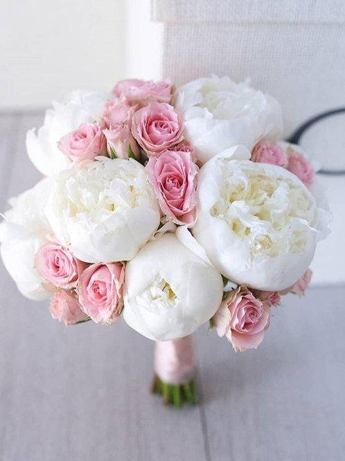 Букет невесты из пионов и роз