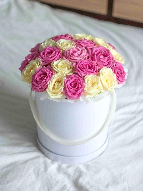 Розовые и белые розы в коробке