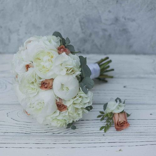 Букет невесты из пионов, гортензии и роз капучино