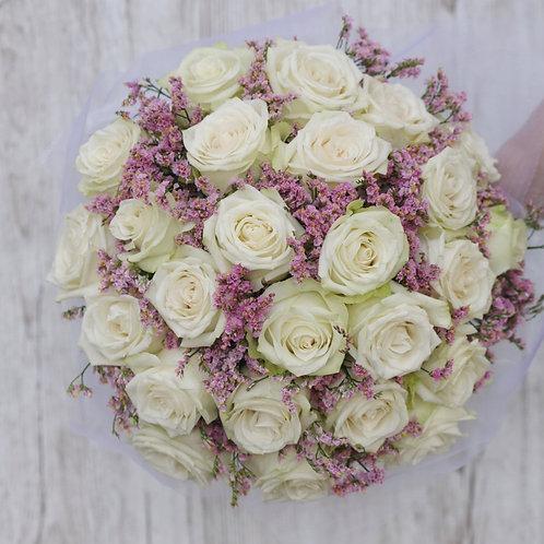Букет невесты из белых роз и статицы