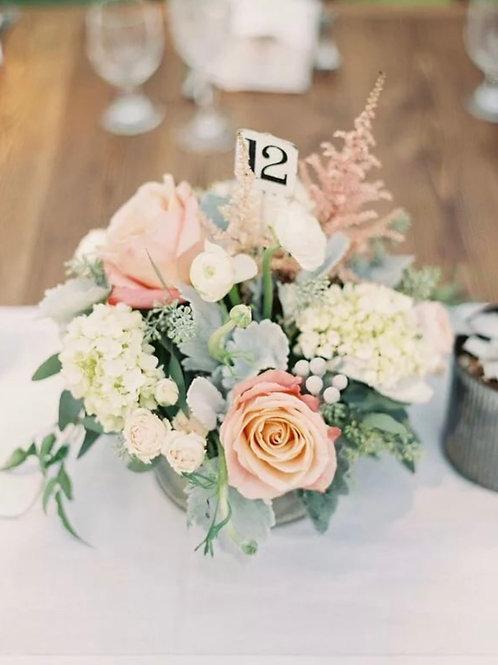Композиция в вазе на столы гостей из роз и гортензии