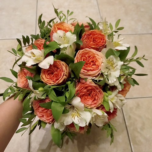 Букет невесты из пионовидных роз и астральмерии
