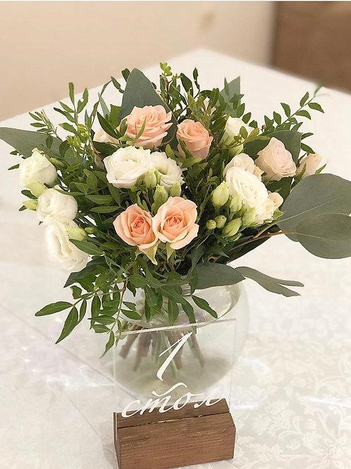Небольшая композиция в вазе на гостевые столы
