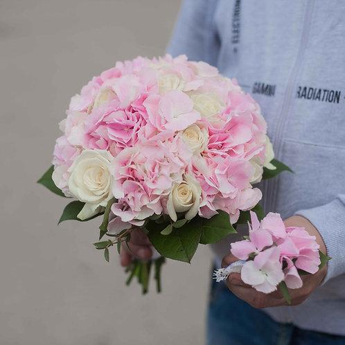 Букет невесты из розовой гортензии и роз