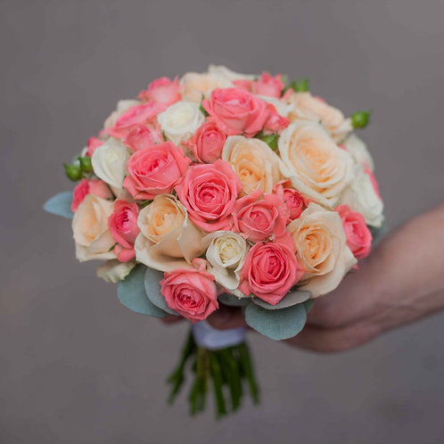 Букет невесты из роз и эвкалипта