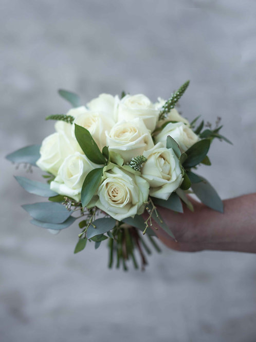 Раскидистый букет невесты из роз, вероники и эвкалипта