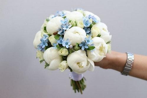 Букет невесты из пионов, роз и оксипеталума