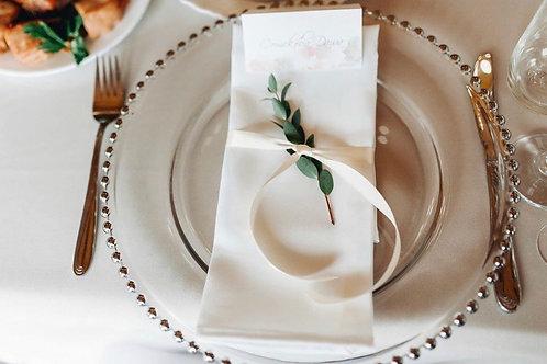 Декор тарелки зеленью и тесьмой