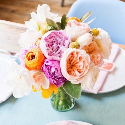 Цветочная композиция в вазе на гостевые столы