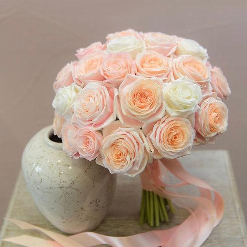 Букет невесты из персиковых и белых роз