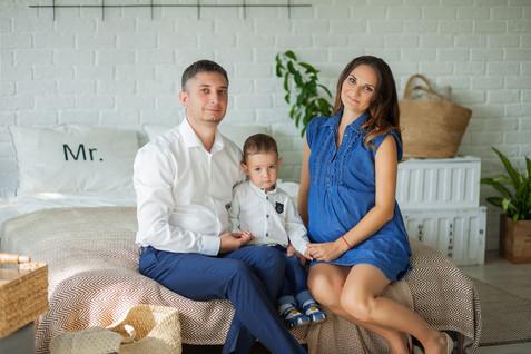 позы для фотосессии беременной с ребенком