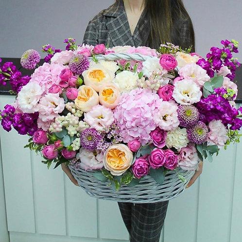 Цветочная корзина с пионовидными розами