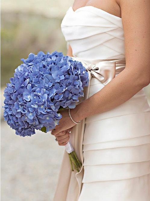 Букет невесты из голубой гортензии