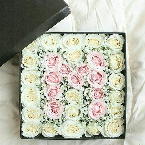 цветы в коробке с буквой