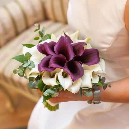 Свадебный букет невесты из белых и бордовых калл