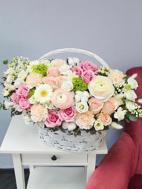 Корзину цветов с ранункулюсами
