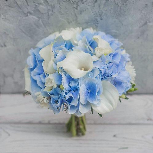 Голубой букет невесты из калл, гортензии и фрезии