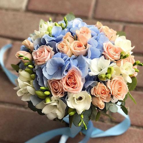 Букет невесты в голубой и персиковой гамме