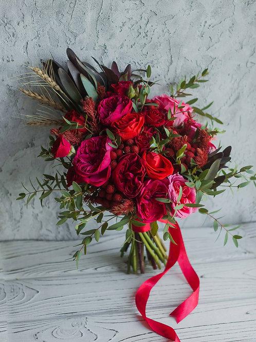 Раскидистый букет невесты из пионовидных роз Ред Пиано