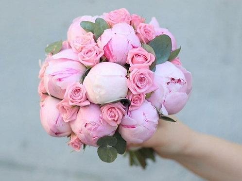 Букет невесты из пионов, роз и эвкалипта