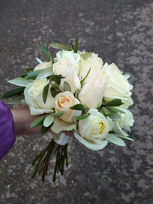 кремовый букет невесты из роз и оливы