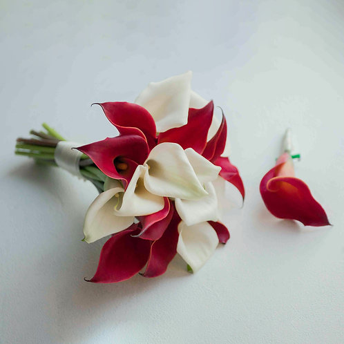 Букет невесты из красно-белых калл