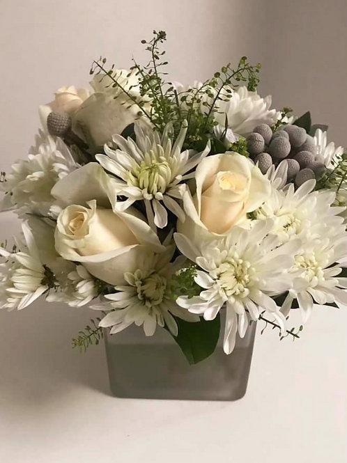 Композиция в вазе на столы гостей из роз и хризантем
