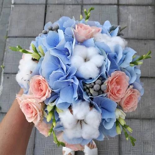 Свадебный букет из гортензии, хлопка и роз