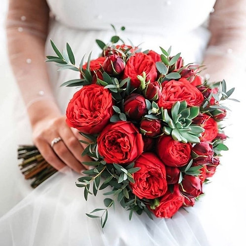 Свадебный букет с розами Ред Пиано, суккулентом и эвкалиптом