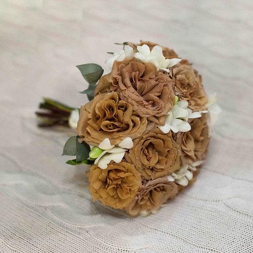 Букет невесты из пионовидных роз тоффи и фрезии