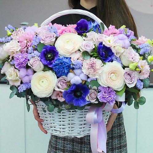 Корзина цветов в синей гамме
