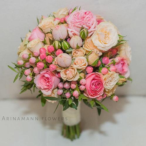 Розовый букет невесты из пионовидных роз, гиперикума