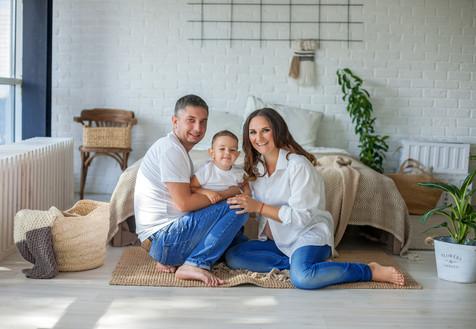 семейная фотосессия беременной с ребенком