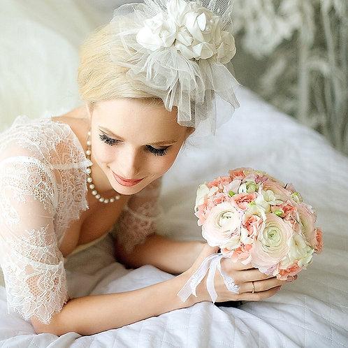 Свадебный букет из ранункулюсов и персиковых роз